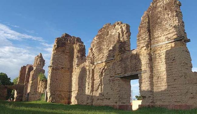 A obra traz belas fotos, como as das ruínas da catedral de Vila Bela - Foto: Divulgação