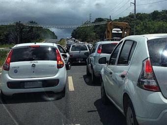 Motoristas encontraram fluxo intenso e congestionamento na Estrada do Coco - Foto: Franco Adailton | Ag. A TARDE