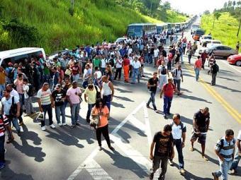 Trabalhadores fecharam o trânsito no Trevo da Resistência nesta segunda-feira - Foto: Divulgação l Sindipetro Bahia
