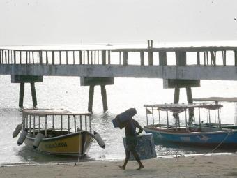 Corpo do pescador foi localizado na manhã desta terça, na praia de Sâo Tomé de Paripe - Foto: Iracema Chequer | Ag. A TARDE