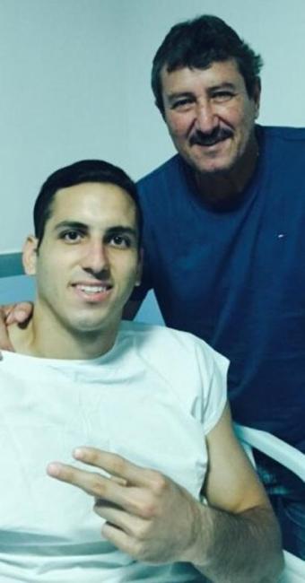 No hospital, o goleiro teve a presença do pai Roberto Fernandes - Foto: Divulgação| E.C.Vitória