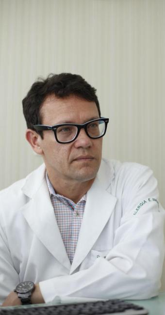 O alergologista Régis Campos ensina a evitar o temido choque anafilático - Foto: Fernando Vivas | Ag. A TARDE