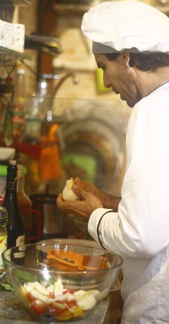 Função de cozinheiro de restaurante tem duas vagas disponíveis - Foto: Fernando Vivas | Ag. A TARDE