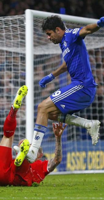 Diego Costa durante disputa de bola com Skrtel - Foto: Eddie Keogh | Ag. Reuters