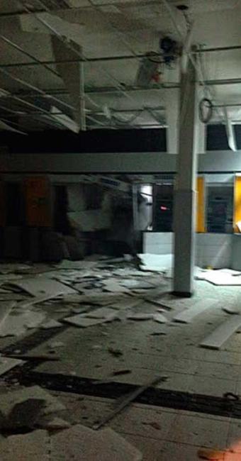 Grupo aproveitou o barulho dos fogos de artifício para explodirem o caixa eletrônico - Foto: Acajutiba News