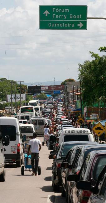 Motoristas precisam ter paciência para realizar travessia - Foto: Gildo Lima | Ag. A TARDE