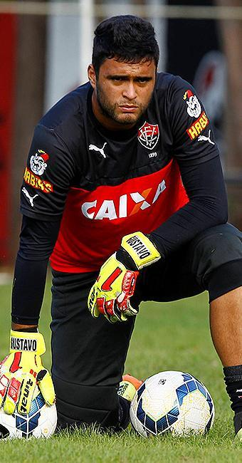 308bf3858b Goleiro Gustavo descansa durante treinamento na Toca do Leão - Foto   Eduardo Martins l Ag