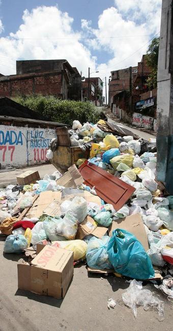 Fiscais da Limpurb vão aplicar multas em quem jogar lixo na rua - Foto: Mila Cordeiro | Ag. A TARDE