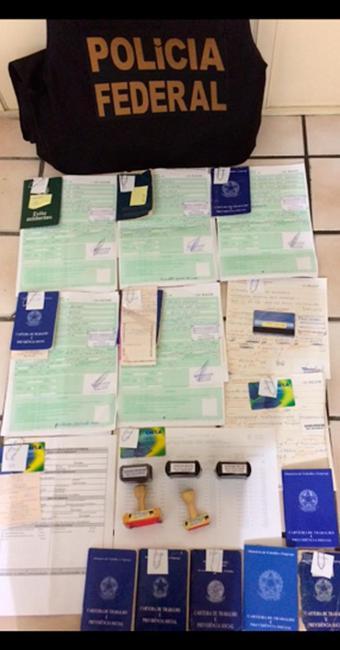 Foram apreendidos requerimentos de seguro-desemprego, Carteiras de Trabalho e carimbos - Foto: Divulgação   Polícia Federal