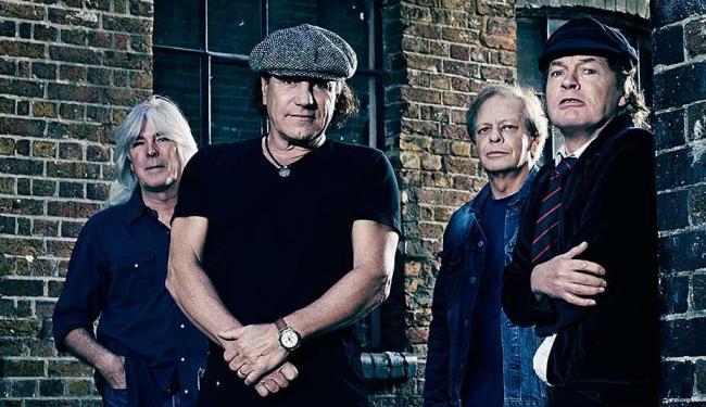 A formação de 2014: Cliff Willliams, Brian Johnson, Stevie e Angus Young - Foto: Columbia Records | Sony Music | Divulgação