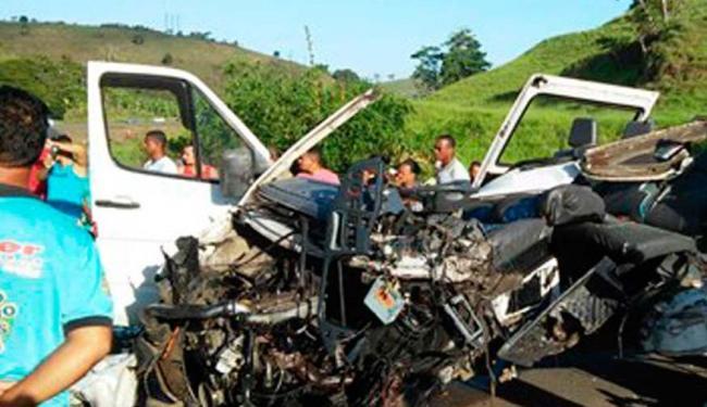 O carro ficou destruído por causa da colisão - Foto: Reprodução/ Site Voz da Bahia