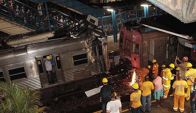 Feridos no acidente de trem na estação de Juscelino/ Nova Iguaçu são retirados por equipes de resgat - Foto: Cléber Júnior l Extra