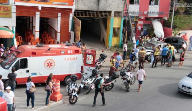 Carro colidiu com poste depois de atropelar gari - Foto: Edilson Lima | Ag. A TARDE