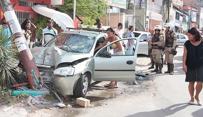 Carro que vitimou gari, na segunda-feira, ainda colidiu com outro veículo e um poste - Foto: Edilson Lima l Ag. A TARDE
