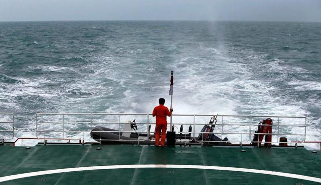 Equipes de resgate procuram por destroços do avião que caiu no mar de Java - Foto: Agência Reuters
