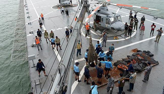 Mesmo com mau tempo, equipes seguem em busca de mais corpos. Avião levava 162 pessoas - Foto: Reuters l Adek Berry l Pool