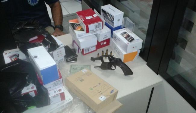 PMs apreenderam dezenas de celulares e revólver em posse do casal - Foto: Divulgação | Polícia Militar