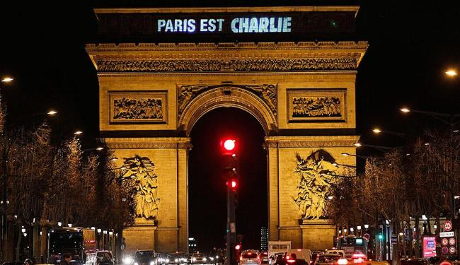 Arco do Triunfo, no Champs Elysees, revela letreiro 'Paris é Charlie' - Foto: Youssef Boudlal | Reuters