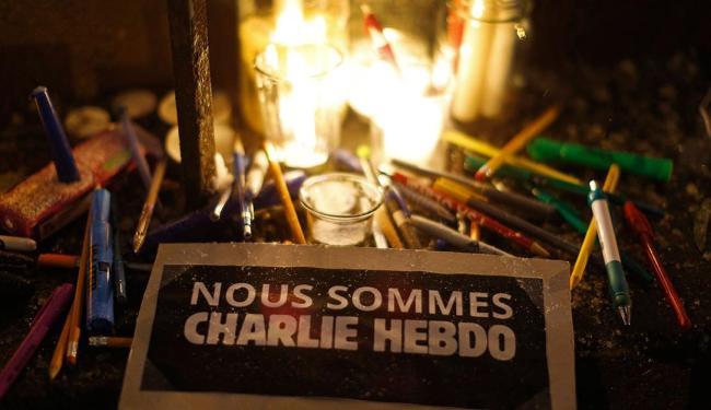 Vigília no consulado francês homenageia as vítimas do ataque - Foto: Agência Reuters