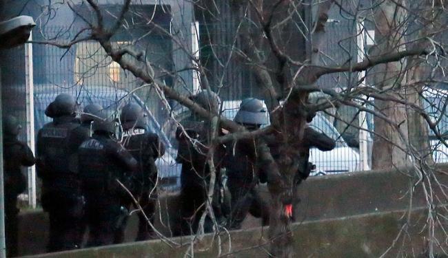 Polícia faz operação simultânea em mercado e fábrica de Paris - Foto: Agência Reuters