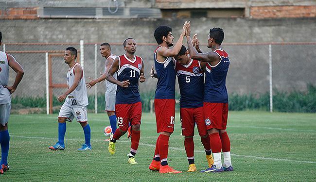 Jogadores do Bahia se cumprimentam após 3º gol do time no jogo-treino, marcado por Rômulo (5) - Foto: Fernando Amorim l Ag. A TARDE