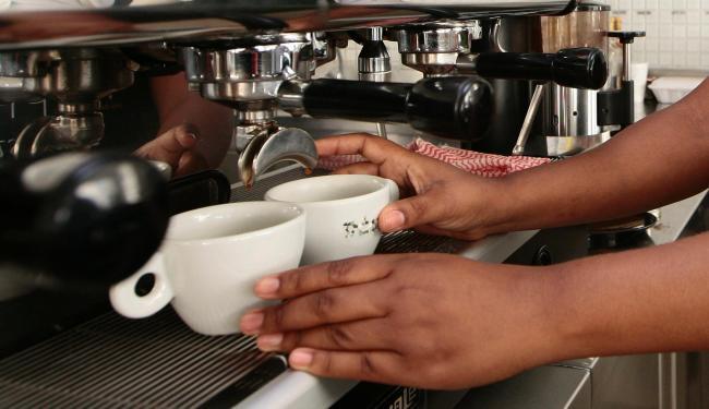 Há 20 vagas disponíveis para atendente de balcão de café - Foto: Mila Cordeiro | Ag. A TARDE | 17/04/2013