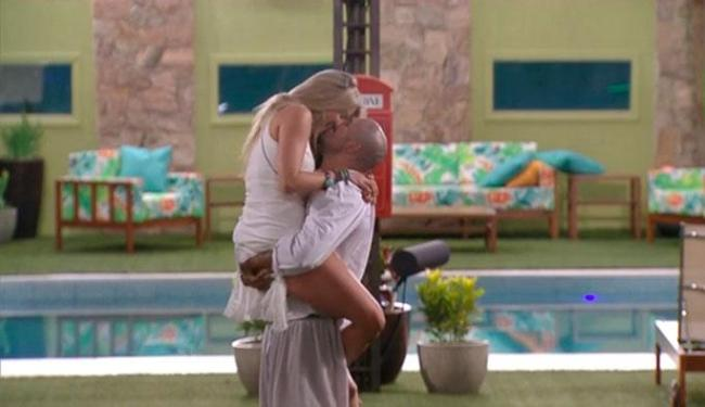 Aline pulou no colo de Fernando e casal trocou carinhos durante a comemoração - Foto: Reprodução | BBB