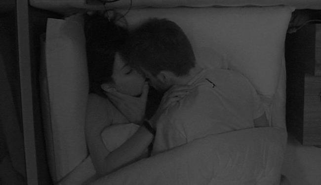 Casal se escondeu debaixo do edredom trocando o primeiro beijo do reality - Foto: Reprodução | Big Brother Brasil