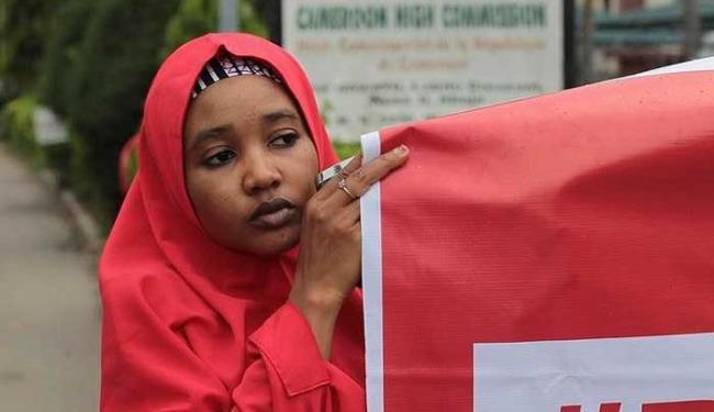 Mulher faz campanha pela libertação de reféns mantidos pelo Boko Haram - Foto:   Ag. A TARDE
