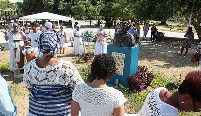 Busto de Mãe Gilda é visitado no Parque do Abaeté - Foto: Edilson Lima l Ag. A TARDE