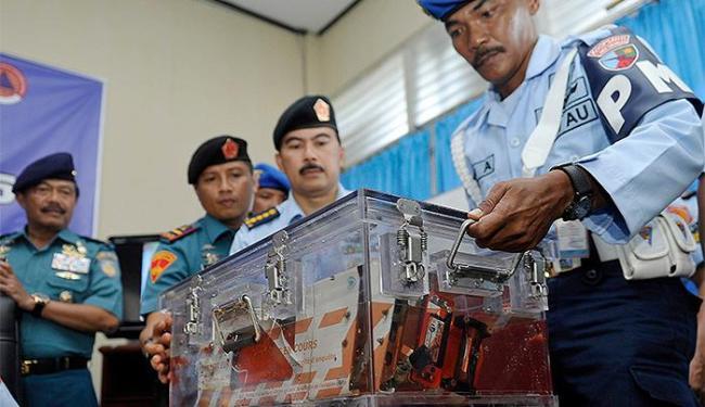 Soldados mostram caixa-preta de voo da AirAsia - Foto: Prasetyo Utomo l Reuters