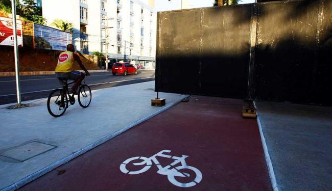 Bloqueio faz ciclista circular na calçada - Foto: Fernando Vivas | Ag. A TARDE