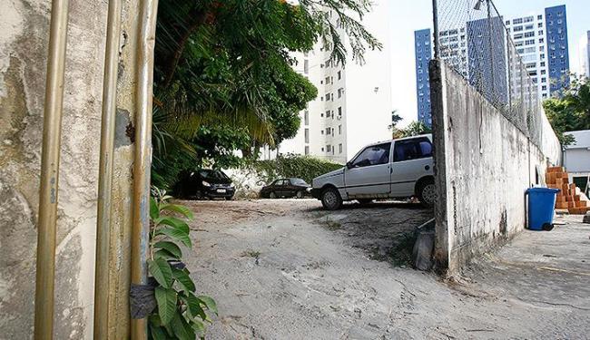 Área incorporada por condomínios há 20 anos virou estacionamento e playground - Foto: Fernando Amorim l Ag. A TARDE
