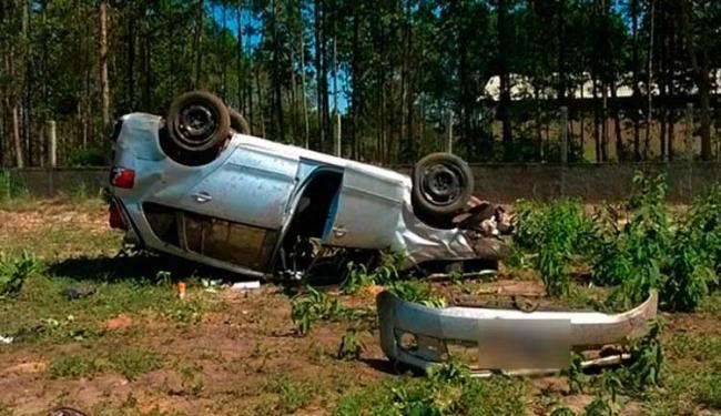 Capotamento teria acontecido após pneu do carro estourar e motorista perder o controle - Foto: Naldo Vilares | Blog do Sigi Vilares