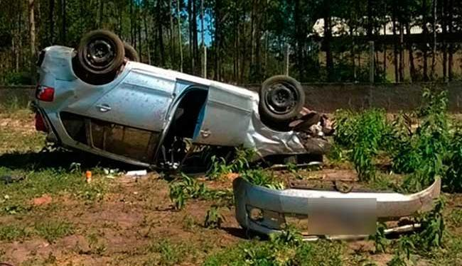 Capotamento teria acontecido após pneu do carro estourar e motorista perder o controle - Foto: Naldo Vilares   Blog do Sigi Vilares