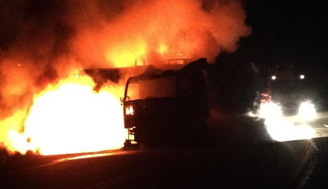 Motorista alega que carreta sofreu pane elétrica - Foto: Site Radar64.com