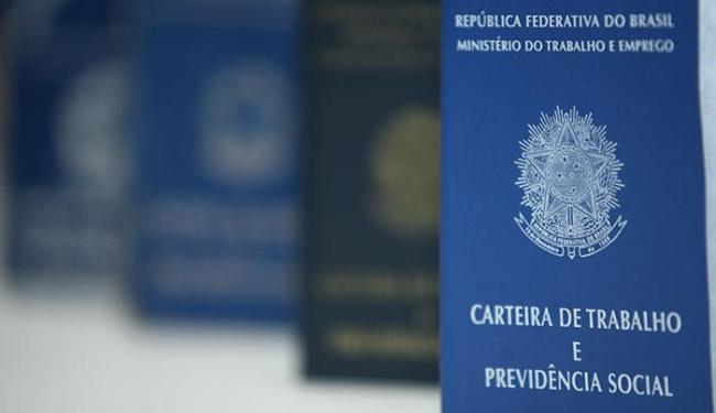 De 2013 para 2014 o número de trabalhadores com carteira assinada passou de 50,3% para 50,8% - Foto: Raul Spinassé | Ag. A TARDE