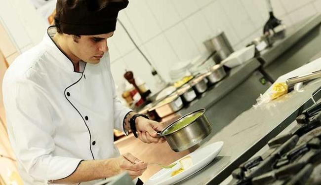 O chef, de 28 anos, se lança em novo desafio com seu gosto pela mistura de ácido, doce e salgado - Foto: Mila Cordeiro | Ag. A TARDE