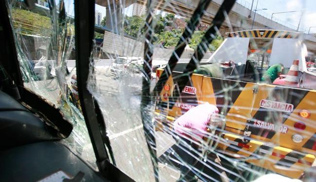 Acidente envolvendo dois ônibus aconteceu por volta das 10h, na avenida Bonocô - Foto: Joá Souza | Ag. A TARDE