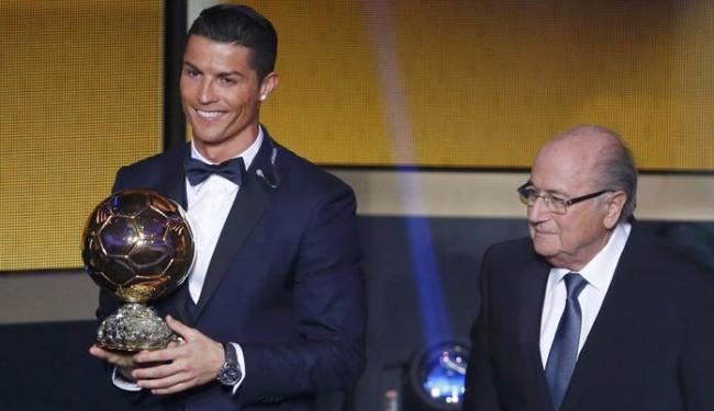 Ao lado de Blatter, Cristiano Ronaldo foi eleito o melhor jogador do mundo de 2014 - Foto: Ruben Sprich   Ag. Reuters