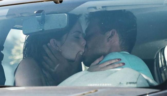 Débora provoca e consegue beijo do nadador - Foto: Reprodução   GShow