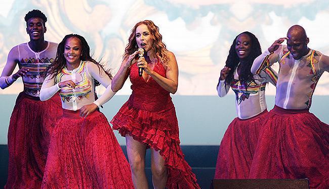 Momento de beleza plástica na performance de Daniela Mercury - Foto: Mila Cordeiro | Ag. A TARDE