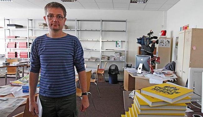 O editor-chefe Charbonnier em seu escritório, na sede do jornal 'Charlie Hebdo', em Paris - Foto: Jacky Naegelen l Reuters