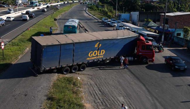 Caminhão não conseguiu completar a curva e provocou lentidão em trecho da BR-324 - Foto: Margarida Neide | Ag. A TARDE