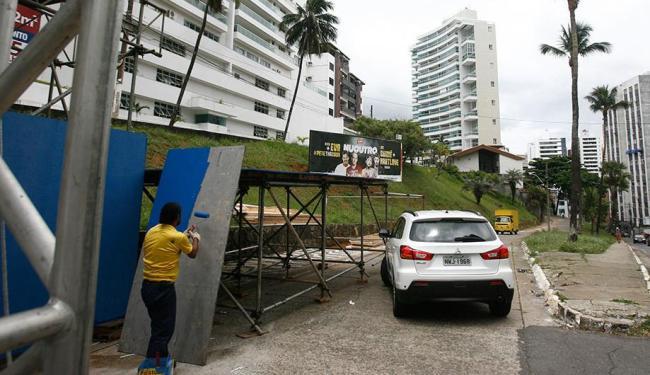Motorista precisa fazer uso da marcha a ré diante da estrutura para acessar a rua - Foto: Raul Spinassé | Ag. A TARDE