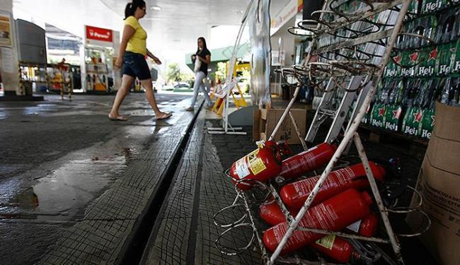 Neste posto de combustíveis da Av. Tancredo Neves há somente extintores de incêndio sem carga - Foto: Raul Spinassé   Ag. A TARDE
