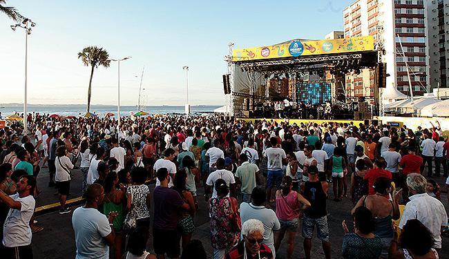 Orquestra Neojiba toca no palco do largo do Farol da Barra, com o dia ainda claro - Foto: Mila Cordeiro | Ag. A TARDE