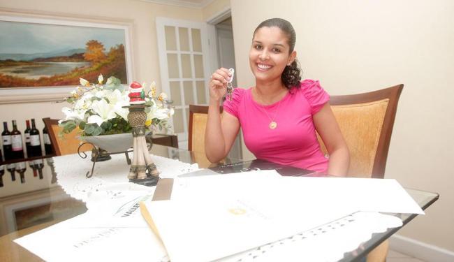 A fisioterapeuta Paula Karine organizou as contas e agora exibe as chaves do apartamento - Foto: Margarida Neide | Ag. A TARDE