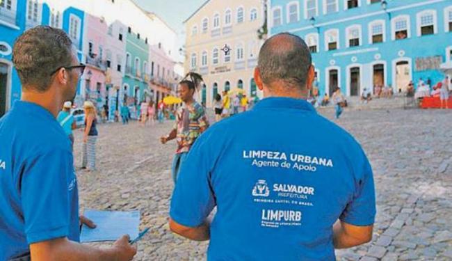 Fiscais atuaram em dupla, na tarde de quarta, em busca de irregularidades nas ruas do Pelô - Foto: Joá Souza | Ag. A TARDE