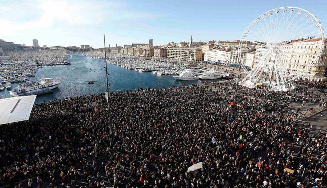 Multidão se reúne no antigo porto de Marselha, no sábado, em homenagem às vítimas dos ataques - Foto: Philippe Laurenson   Agência Reuters